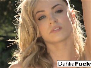 Dahlia's stunning outdoor solo
