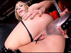 furious Kagney Karter plaything plumbs Amy Brooke's rump crevice