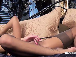 Bonnie Bellotti fingerblasting taut vag