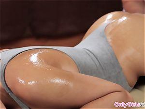Oiledup les duo scissoring during massage