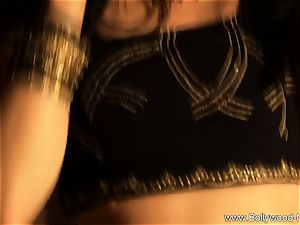 sensuous Indian stunner likes To Dance